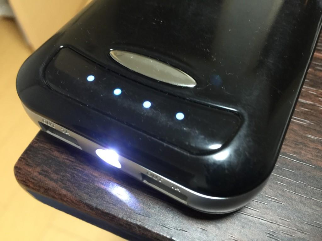 懐中電灯にもなるモバイルバッテリー