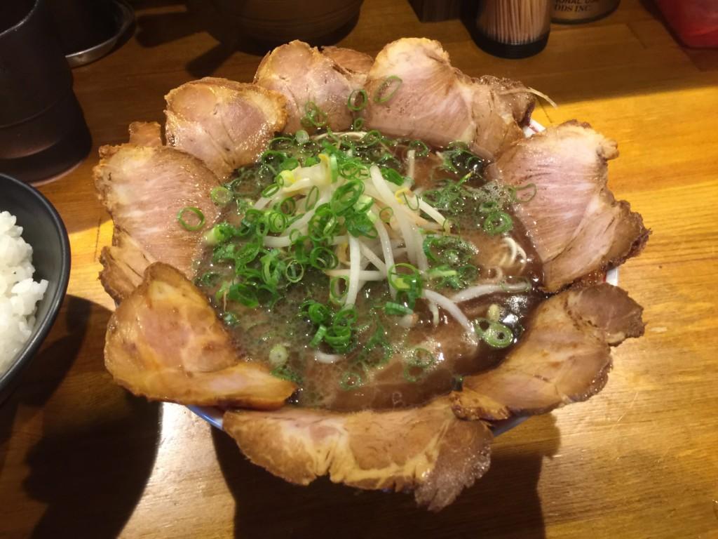 黒のチャーシュー麺