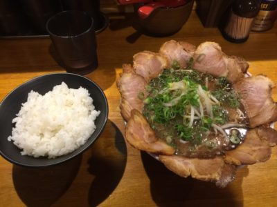 黒のチャーシュー麺とご飯