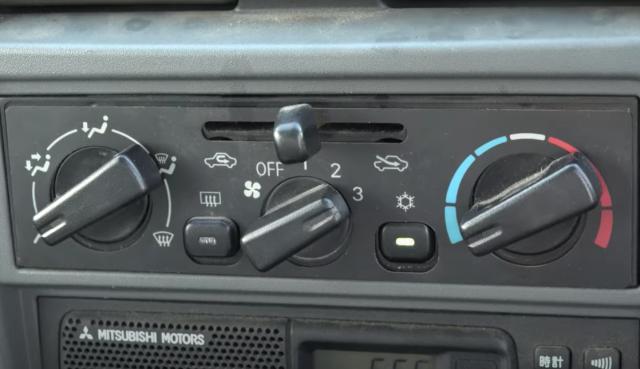車のエアコンガスチャージ方法