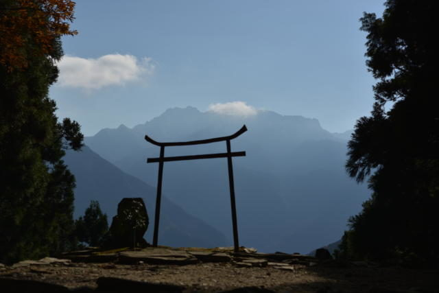 星ヶ森の鳥居と石鎚山